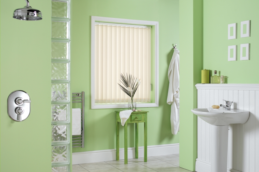 vertical-blinds-in-a-small-bathroom