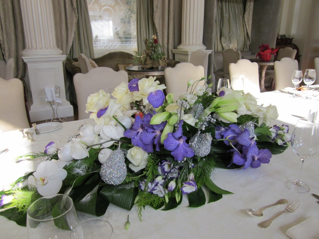 Top 21 ideas for the dining table centerpiece qnud for Dinner table flower arrangements